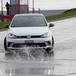 VW Golf GTI Clubsport glisse sur deux surfaces différentes.