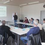 "Erst die Theorie, dann die Praxis – Instruktor Charles Tavel im ""Klassenzimmer""."