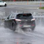 Der Mazda 3 muss noch vor dem Hindernis bremsen oder ausweichen.