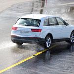 Der Audi Q7 e-Tron sucht die Ideallinie bei wechselnder Haftung.