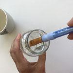 Wasche Deinen Pinsel im Wasserglas gut aus.