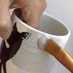 Grundiere die Keramik mit gleichmäßigen Pinselstrichen.