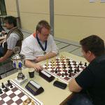 Kaum den Pokal in den Händen geht es gleich wieder ans Brett: Turniersieger Alexander Lipecki.