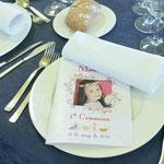 Así recibían los invitados su sitio en la mesa. Un díptico con una foto de Manuela en la portada.