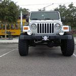 Jeep mit wirklich großen Rädern