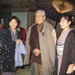 俳優の三國連太郎さんを織物市場にご案内