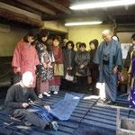 紺屋の恩田育男さん。100年以上使っている藍甕は宝物とのこと