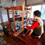 黒澤かつよさんによる手織り。自分のきものの手織り体験もできます。