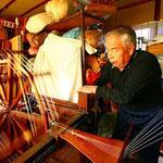 本庄の伝統工芸士・黒澤仁さん・好きな色に草木染めをしてくれます