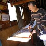 形師の大熊敏男さん。型紙も彫られます