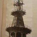 Blick auf den Turm der Pfarrkirche zu Güstrow, 1942 wurden das Kupferblech vom Turm entfernt und 5 Glocken für Kriegszwecke abgehängt und verschrottet.