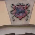 Wappen oberhalb der Tür des Gemeindehauses der Pfarrkirche am Markt 31