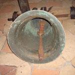 Inh der Glocke ist die alte Glockenöse noch erhalten. Der Klöppel an der neueren Lederhalterung ist aus Eisen und neueren Datums.