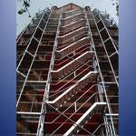Am der Südseite des Turmes sind ein Aufgang und ein Aufzug geschaffen worden