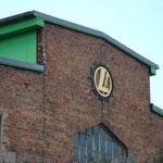 Firmenzeichen der Fa. Lythall an der Güstrower Außenstelle des Neubrandenburger Unternehmens des Engländers Alfred Lythall (Nähe Konresshalle)