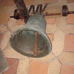 Höhe der Glocke ohne Krone 335 mm, Gewicht ca. 50 kg, Durchmesser oval 361 bis 382 mm, Schlagton  cis.