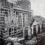 Blick auf die Pfarrkirche zu Güstrow während des Umbaus 1883, Abbruch arbeiten an der Nordseite.