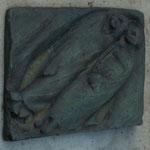 """Ernst Barlach,  """"Schlafendes Paar"""", Bronze-Relief auf der Grabplatte"""