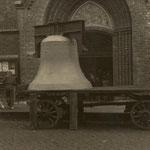 Glocke 1, Dominica, Die größte der drei neuen Glocken steht auf einem provisorischen Abstellplatz vor dem West-Eingang der Pfarrkirche., Gewicht 3000 kg