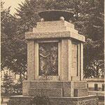 Am 11.05.1923 wurde das Denkmal auf dem Rostocker Platz in Güstrow enthüllt.