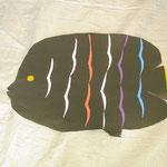 黒い紙いっぱい大きな魚。細い模様をがんばって貼れたね!