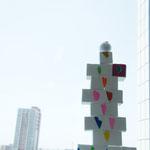 規則的に積み上がった塔です。てっぺんにも真っ赤なハートの模様がついてるよ。