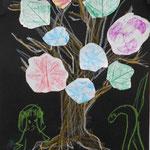 鮮やかに開いたお花を表現できたね!人が描かれることで、木の大きさもわかるね。