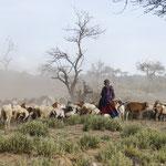 Tanzania 2017, herder die een gebaar maakt dat hij honger heeft