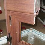 Detalle corte en sección de ventana aluminio abatible imitación madera con dos tipos de junquillo diferentes, persiana tipo compacto integrado y herraje oro envejecido en bisagra y tapa de recogedor de cinta.