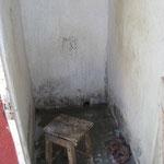 Die Dusche. Auf den Hocker kommt der Pott mit dem warmen Wasser.