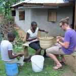 Das sind links Sharon in der Mitte Vivien und ich beim Mkunde putzen. Mkunde ist ein Gemüse ähnlich wie Spinat und steht fast jeden Abend auf dem Tisch.
