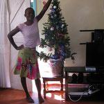Vivien uns unser Weihnachtsbaum in Mumias.