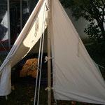 Das Zelt mit der Bettsatt der Arzets.