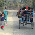 Bus scolaire ou plutot ''vélo scolaire'' emmenant les enfants a l'école : ils sont deja serres comme des sardines et il n'y a pas assez de place pour tout le monde... C'est le conducteur qui doit en baver dans les cotes!
