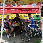 Pause kit-kat apres l'invitation de 2 cyclistes serbes
