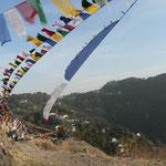 Drapeaux à prière avec en fond le village de réfugiés tibétains