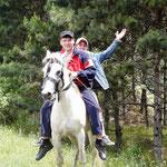 Jeunes cavaliers georgiens quı nous ont battu a la course : 35km/h sur du goudron a crue, chapeau tout de meme!