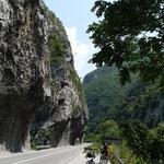 la route suit d'etroites gorges en Serbie