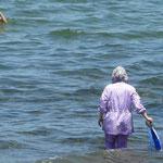 Selon leur choix religieux, a la plage les femmes se baignent plus ou moins couvertes, mais apparement ca n'empeche pas de faire de la plongée