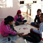 Le Karum, ou billard indien, tres repandu ici, se joue avec les doigts comme aux billes