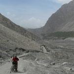 Montée sur les debris du glissement de terrain, qui remplit la vallée