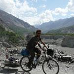 La vallée de Hunza entre le vert des cultures et le blanc des sommets