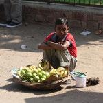 Jeune vendeur de fruit à l'entrée du fort de Fatepur Sikri