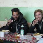 """Petit remontant apres le passage du dernier col tibetain, ce saucisson voyage avec nous au fond du sac depuis le debut pour """"au cas ou"""""""