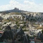 Village de Goreme, avec ses nombreuses maisons creusees dans la roche