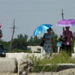 Dans la chaleur de ce climat quasi désertique, pour se protéger du soleil les femmes sortent rarement sans leur parapluie