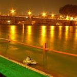 L'eau du Gange, qui traversera encore toute l'Inde du nord avant de rejoindre le Golf du Bengale