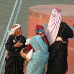 Des pélerins avant d'embarquer pour traverser le Gange.