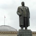 """Les statues encore debout de """"Jojo"""" Vissarionovitch Djougachvili (Staline de son petit nom) sont rares dans le monde mais dans son pays natal, les gens sont tout de meme fier qu'un georgien ait dirigé une si grande puissance"""