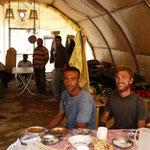 Dans la tente des ouvriers qui nous ont invité a partager leur repas